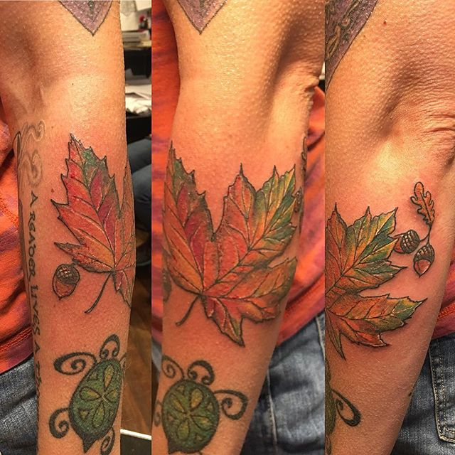 Autumn leaf on a summer day #mapleleaftattoo #acorntattoo #leaftattoo #fall #autumnleaves #colortattoo #tattooedlady #tattoobliss #mackenziestattoo