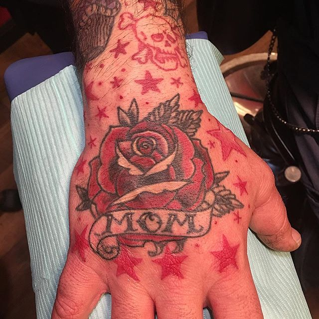 Added some more stars around this #momtattoo #handtattoo #memorialrose #tradtattoo #classictattoo #redrosetattoo #tattoobliss