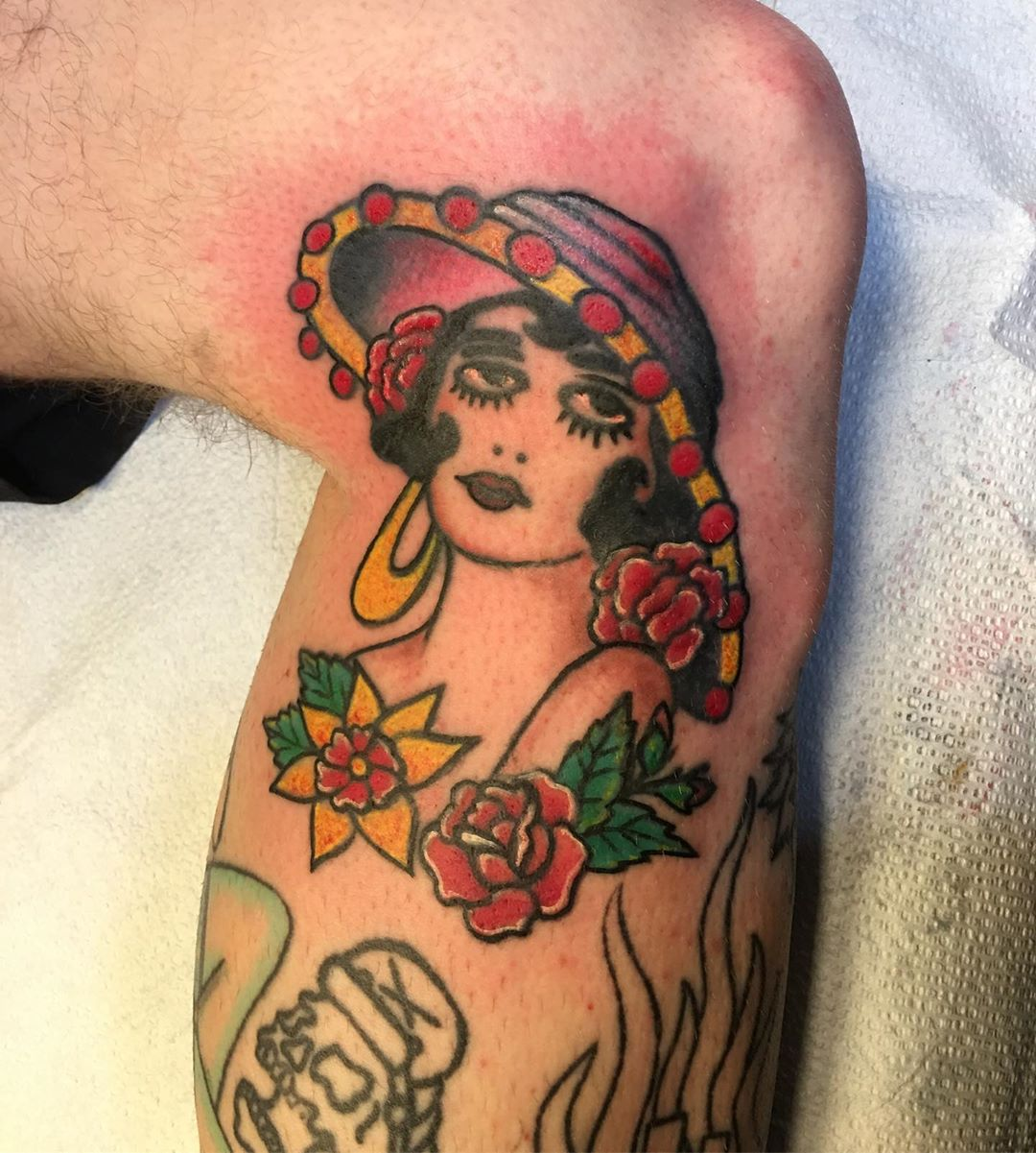 Fixed and colored #pinup #oldfashionedtattoo #classictattoo  #traditionaltattoos #tattooflash #tattoobliss #kneetatts #fixtattoo #redotattoo #ouch