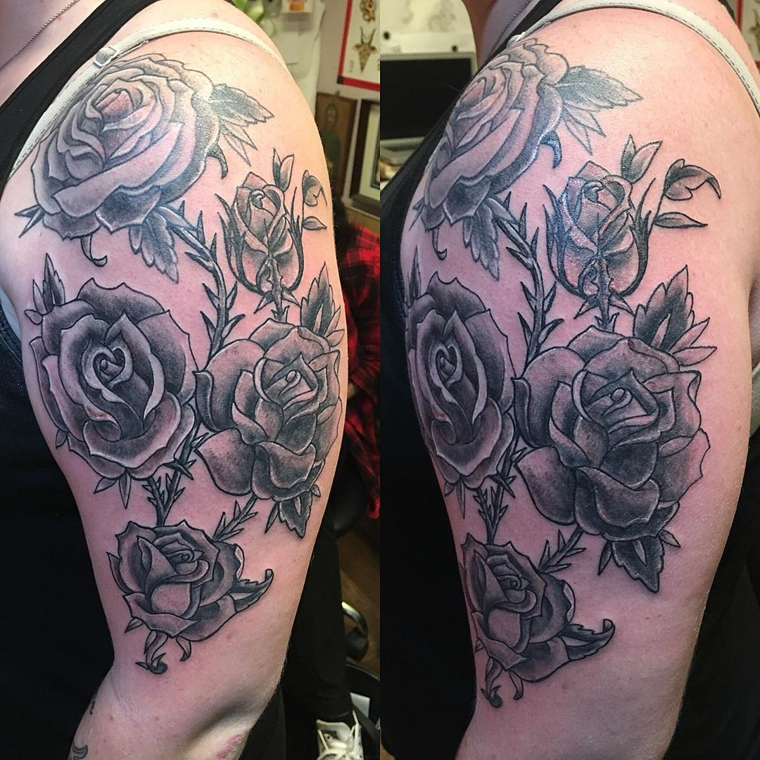 Shoulder rose is healed / rest is fresh #freshtattoo #addontattoo #rosetattoos #botanicaltattoo #flowertattoos #drawiton #customtattoos #tattoobliss #blackandgrey #greywashtattoo #blacktattoos #nytattooartist #tattooedlady