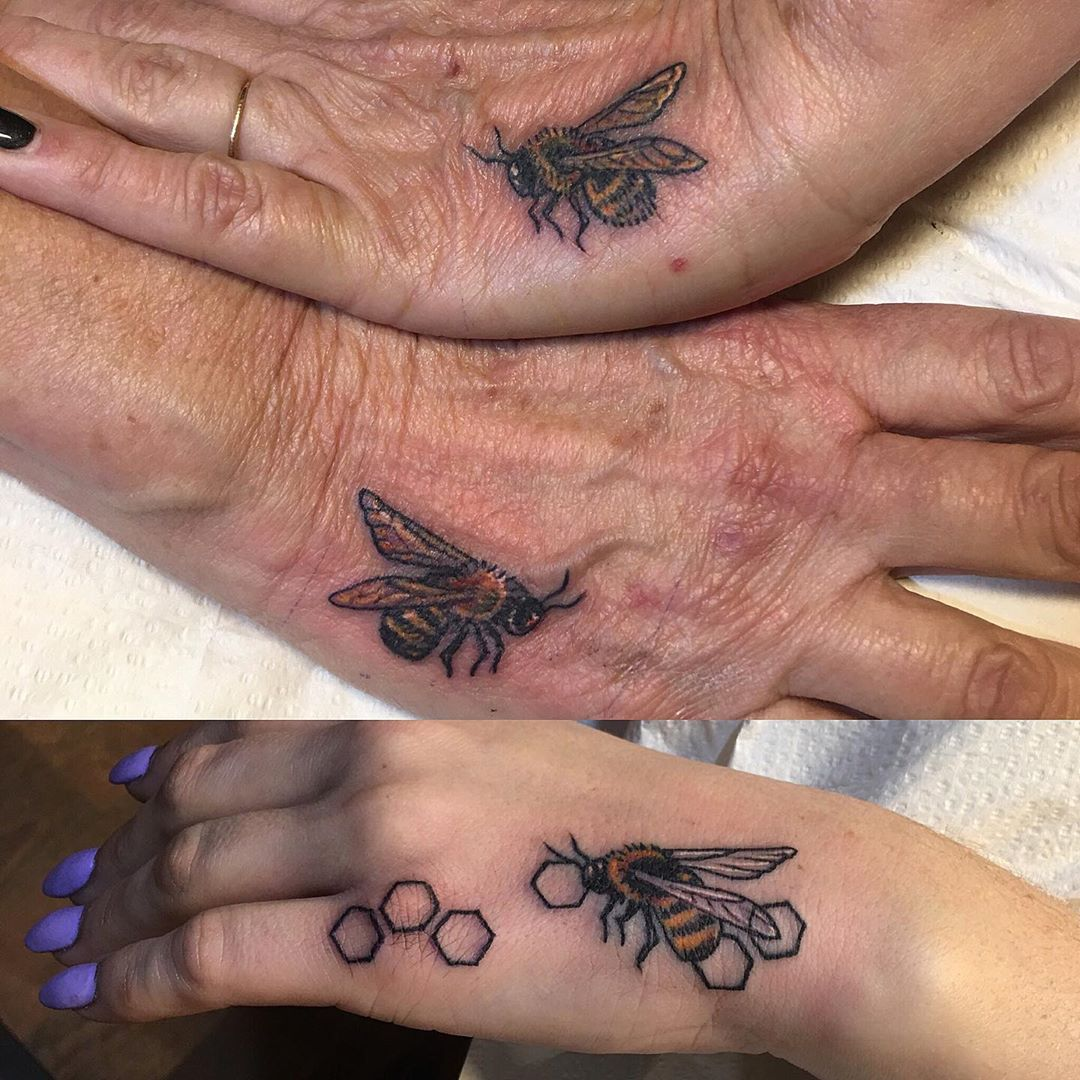 Bee family #matchingtattoos #beetattoo #honeybee #handtattoo #matchingbutdifferent #smalltattoos #tattooedladies #tattoobliss